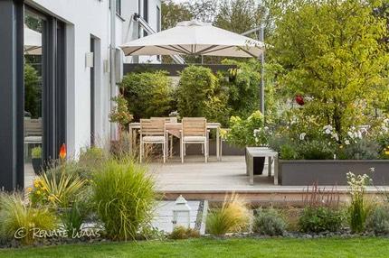 Moderner garten mit gräsern  Moderner Garten, moderne Bepflanzung und Wasserbecken